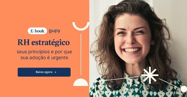 """Mulher sorrindo à direita, com os dizeres """"e-Book - RH estratégico e seus princípios"""""""